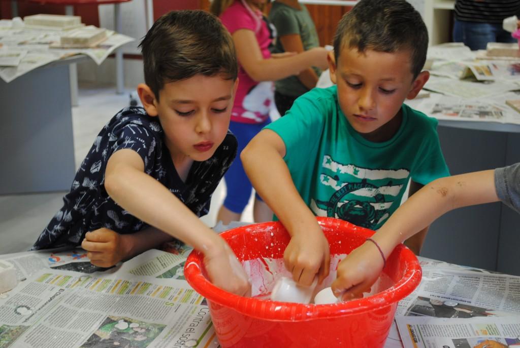 Nens fent una rèplica  fòssil